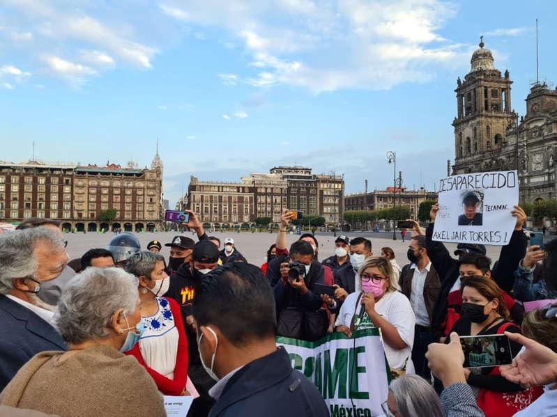 Madres de personas desaparecidas protestan afuera de Palacio Nacional