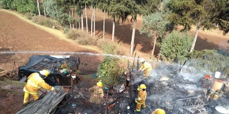 Cuerpos de Seguridad de Zacatlán atienden incendio que afectó vivienda de una familia en situación vulnerable