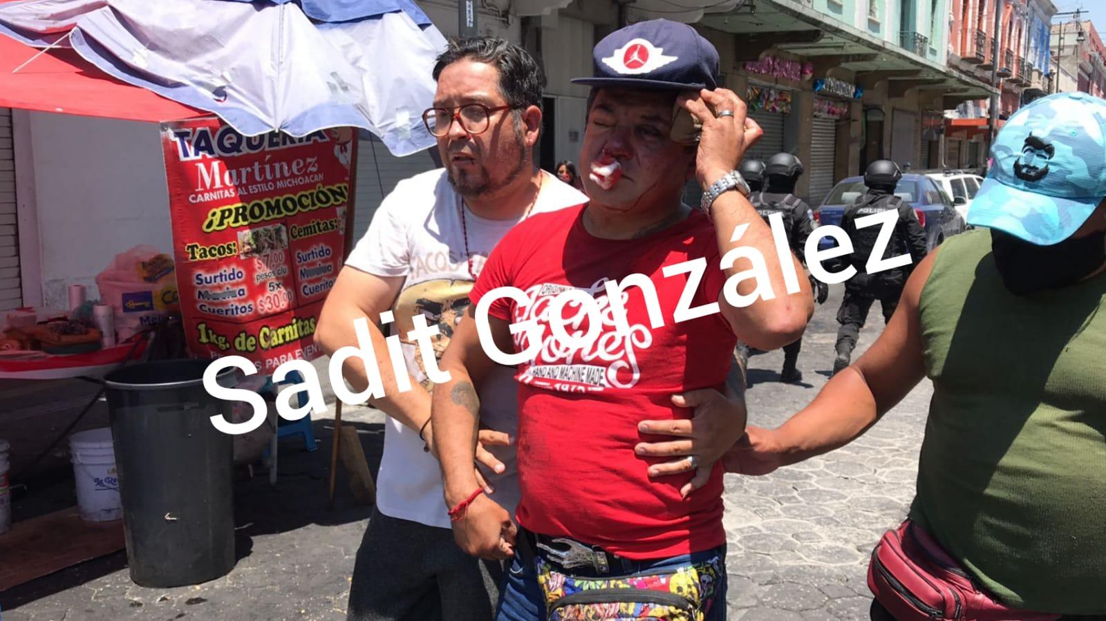 Descalabrados y un herido de gravedad deja riña entre ambulantes en el centro de Puebla