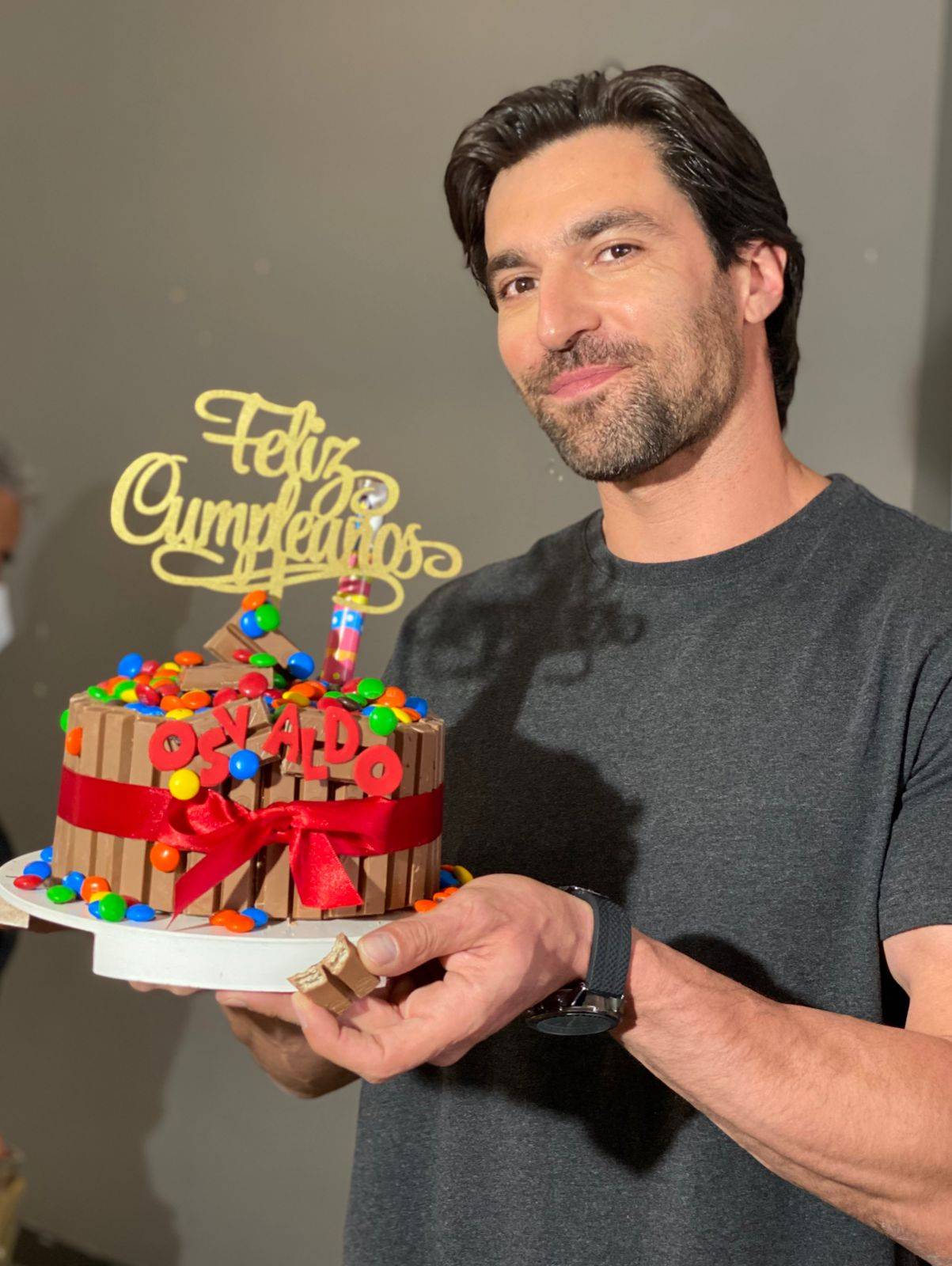 """Elenco y producción de """"Diseñando tu amor"""" festejan cumpleaños a Osvaldo de León"""