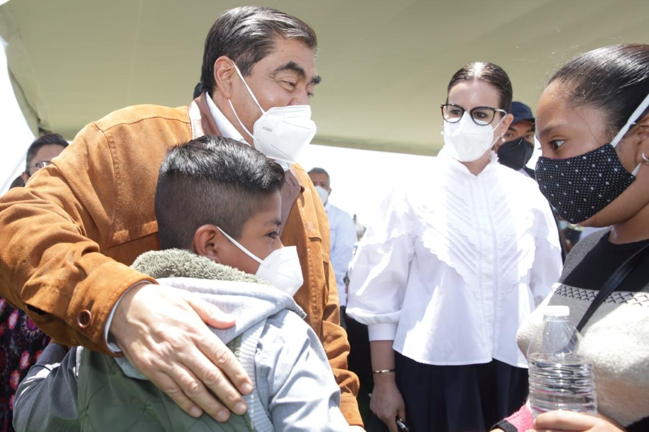 """Miguel Barbosa realiza gira de trabajo en la zona del socavón: """"El gobierno de Puebla responde por su gente"""""""