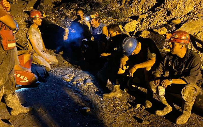 Rescatan sexto cuerpo de minero en Coahuila; continúan labores para dar con séptimo y último