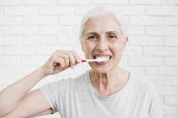 Caída y desplazamiento de dientes en adultos, ¿qué los provoca?