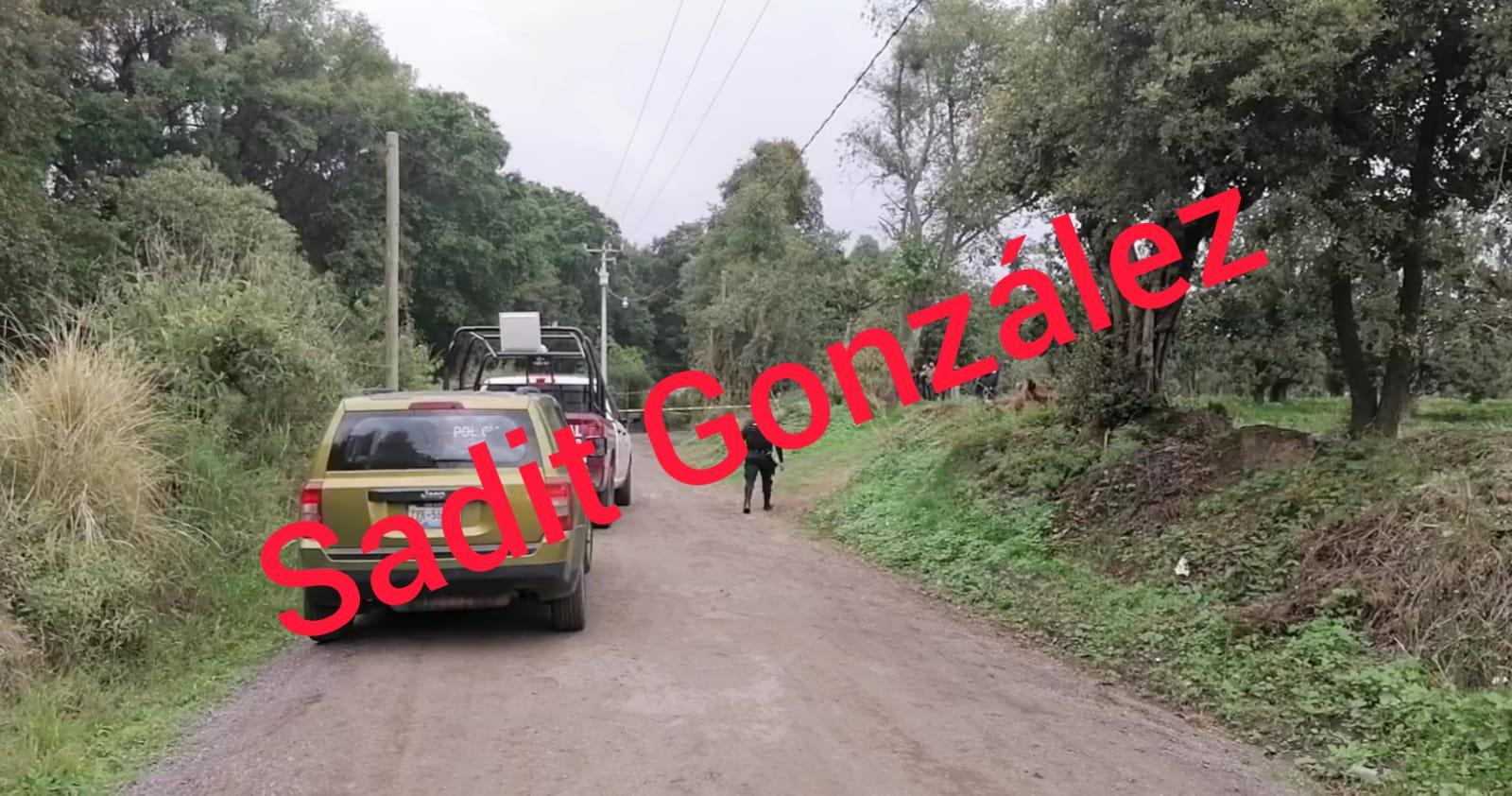 Tiran cadáver envuelto con lona de propaganda política en San Salvador el Verde