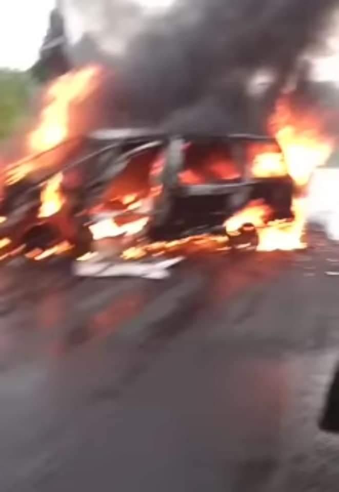 Video desde Puebla: Queman camioneta del IEE en Tlaola