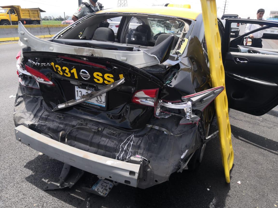 Camión arrastra 100 metros a taxi cuyo conductor sale ileso en la México-Puebla