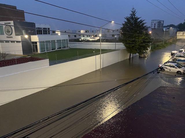 La tromba de esta tarde provocó inundaciones en calles y hogares de los poblanos
