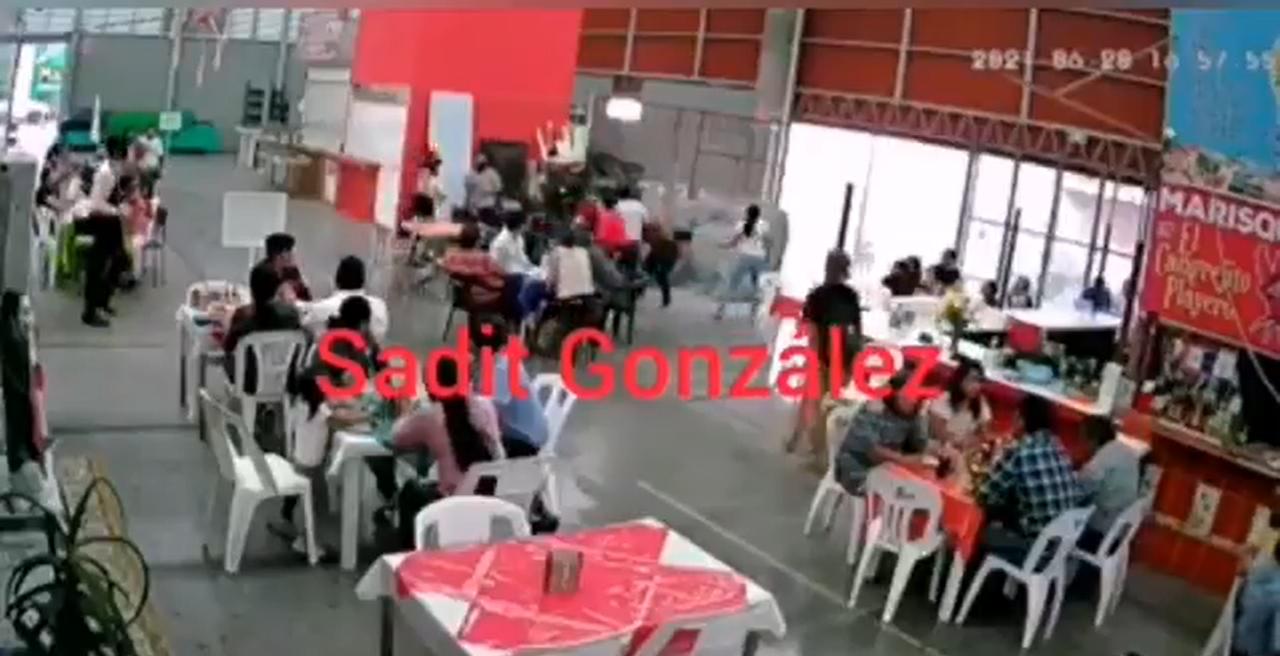 Locatario de mariscos golpeó a una mujer y se arma la bronca en Tehuacán