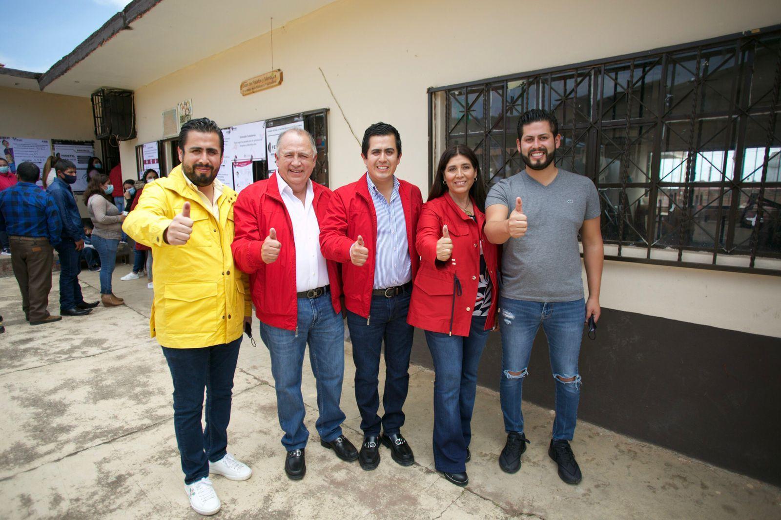 Acude Lorenzo Rivera a votar en compañía de su familia