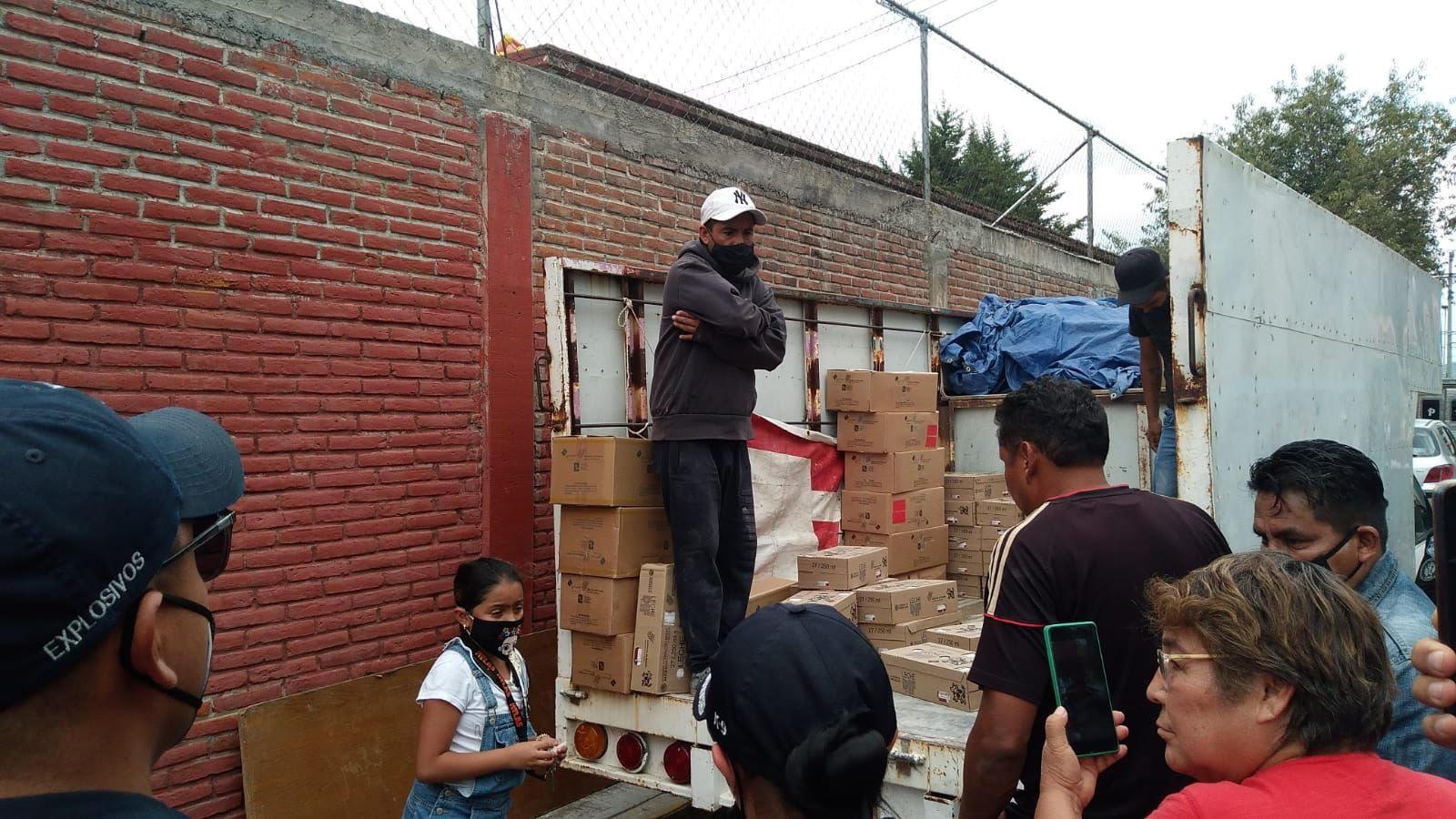 Alejandro Carvajal mostró mediante un video la prueba de cómo la oposición repartió leches en la Col. Bosques de San Sebastián
