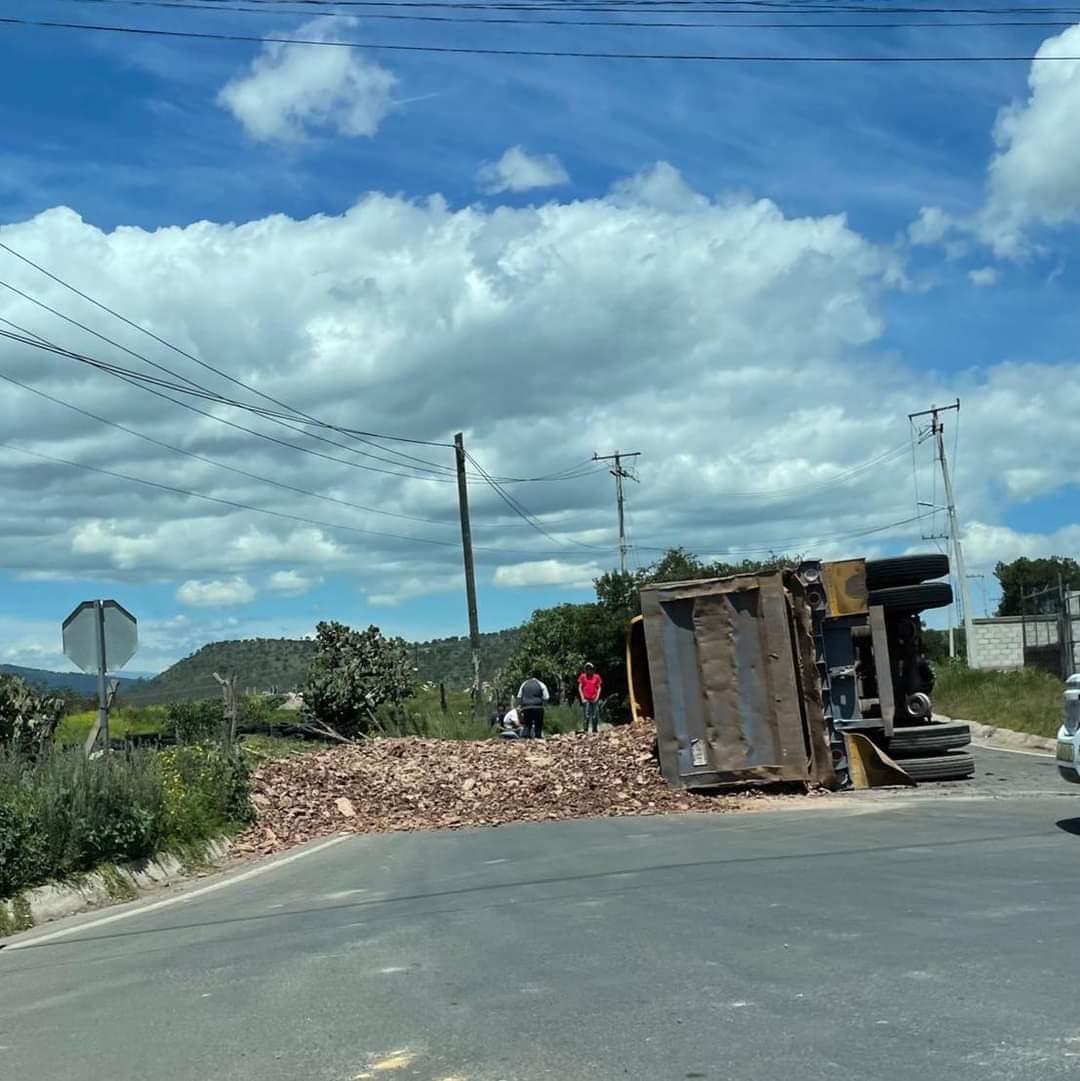 Este jueves un tráiler cargado de tierra protagonizó una aparatosa volcadura cuando circulaba sobre la carretera federal Chignahuapan-Tlaxco.