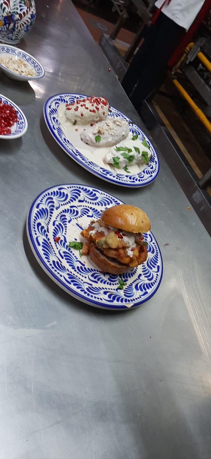 """Fonda de Santa Clara inventó la hamburguesa en nogada o """"hamburguesa licha"""""""
