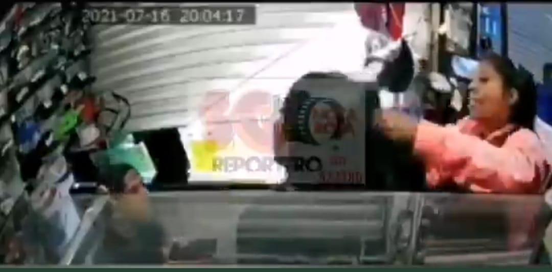 Video desde Puebla: Patán desgraciado escupe a jovencita en centro comercial
