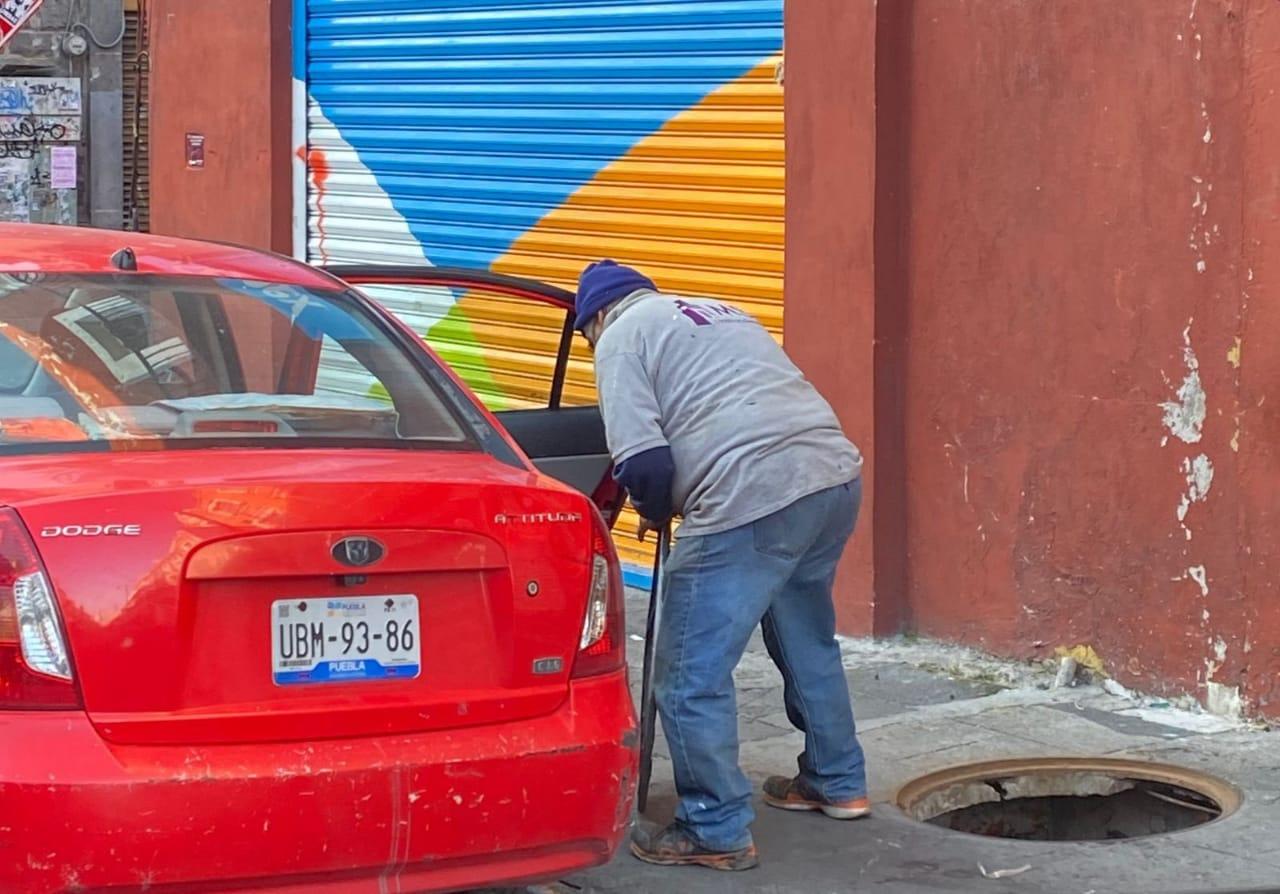 Lo agarran cuando se roba mobiliario urbano en Puebla capital