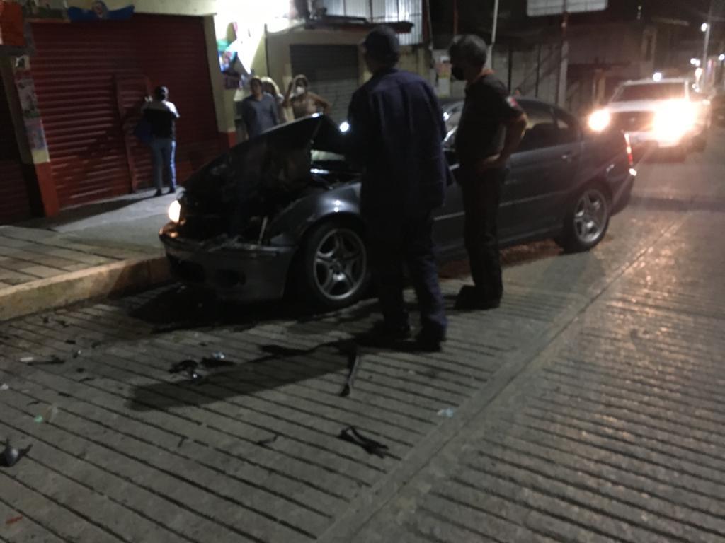 Desde Huauchinango: Borracho estampó su BMW contra un Tsuru