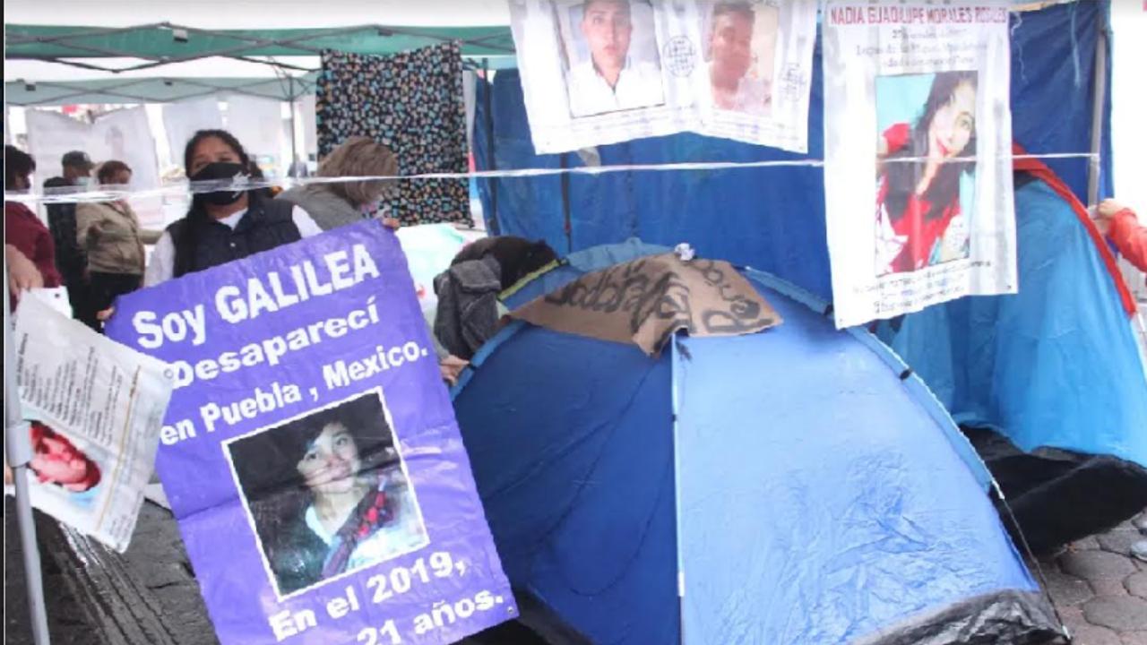 Realizan plantón integrantes del Colectivo Voz de los Desaparecidos afuera del Congreso de Puebla