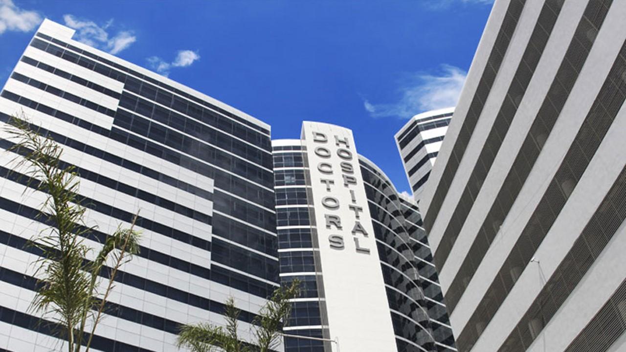 Doctors Hospital avanza en las acciones legales en torno a la contratación de médicos registrados institucionalmente en las Islas Caimán, alegando que la seguridad de los pacientes está, de lo contrario, en riesgo