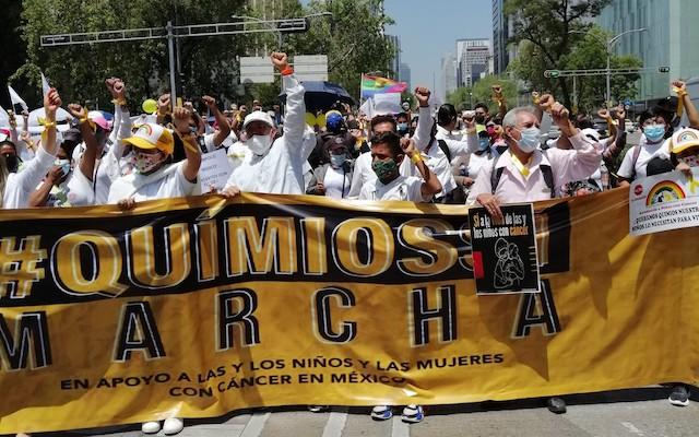Miles marchan en CdMx por desabasto de medicamentos contra el cáncer
