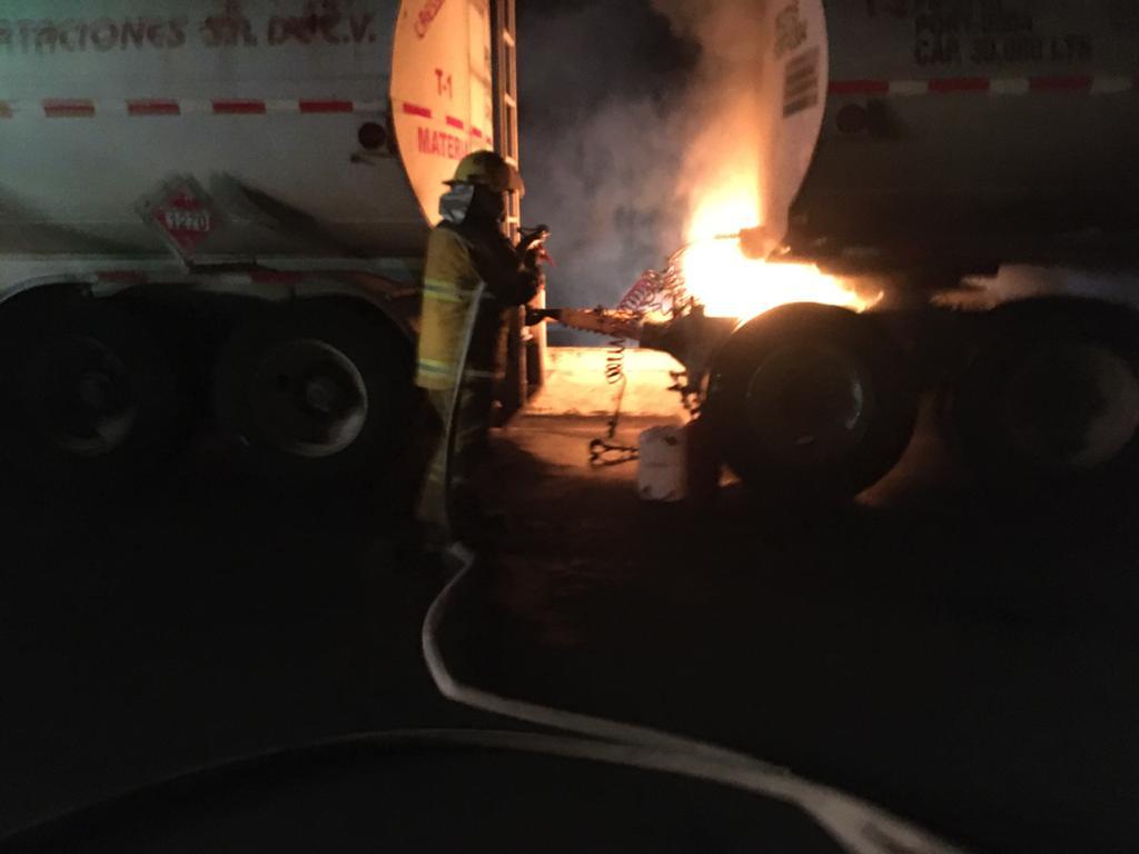 Evitan que se queme pipa cargada de diésel sobre la México-Tuxpan