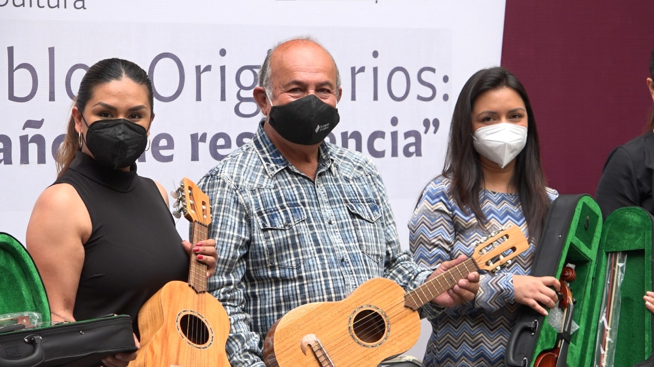 Entrega Cultura instrumentos musicales huapangueros a 12 municipios
