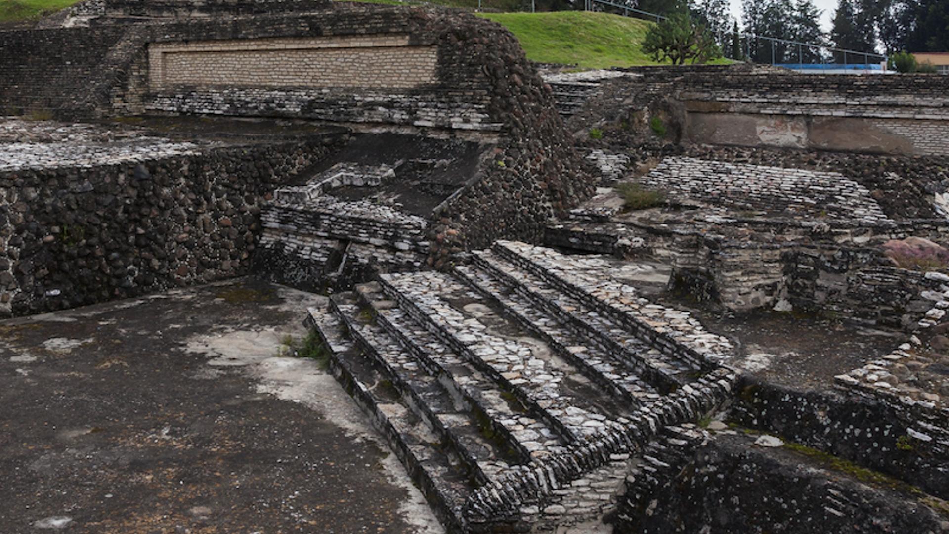 Secretaría de Arte y Cultura de San Andrés Cholula realiza levantamiento de daños en la escalinata del Pocito de la Gran Pirámide