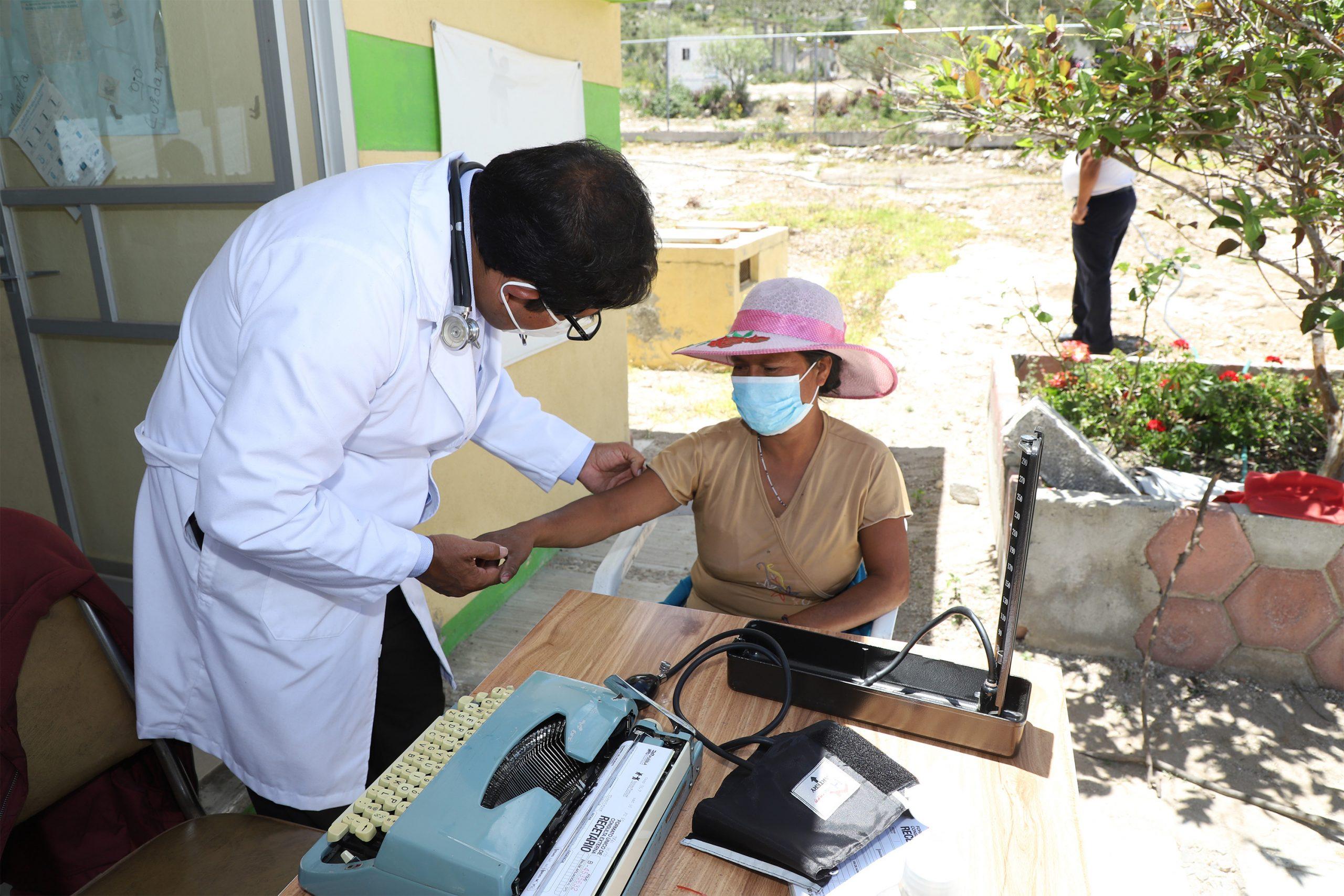 Con suma de esfuerzos, SEDIF beneficia a pobladores de Tlacotepec de Benito Juárez