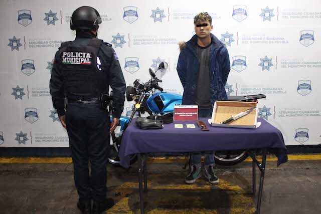 Detuvo policía municipal de Puebla a dos probables asaltantes de transeúntes