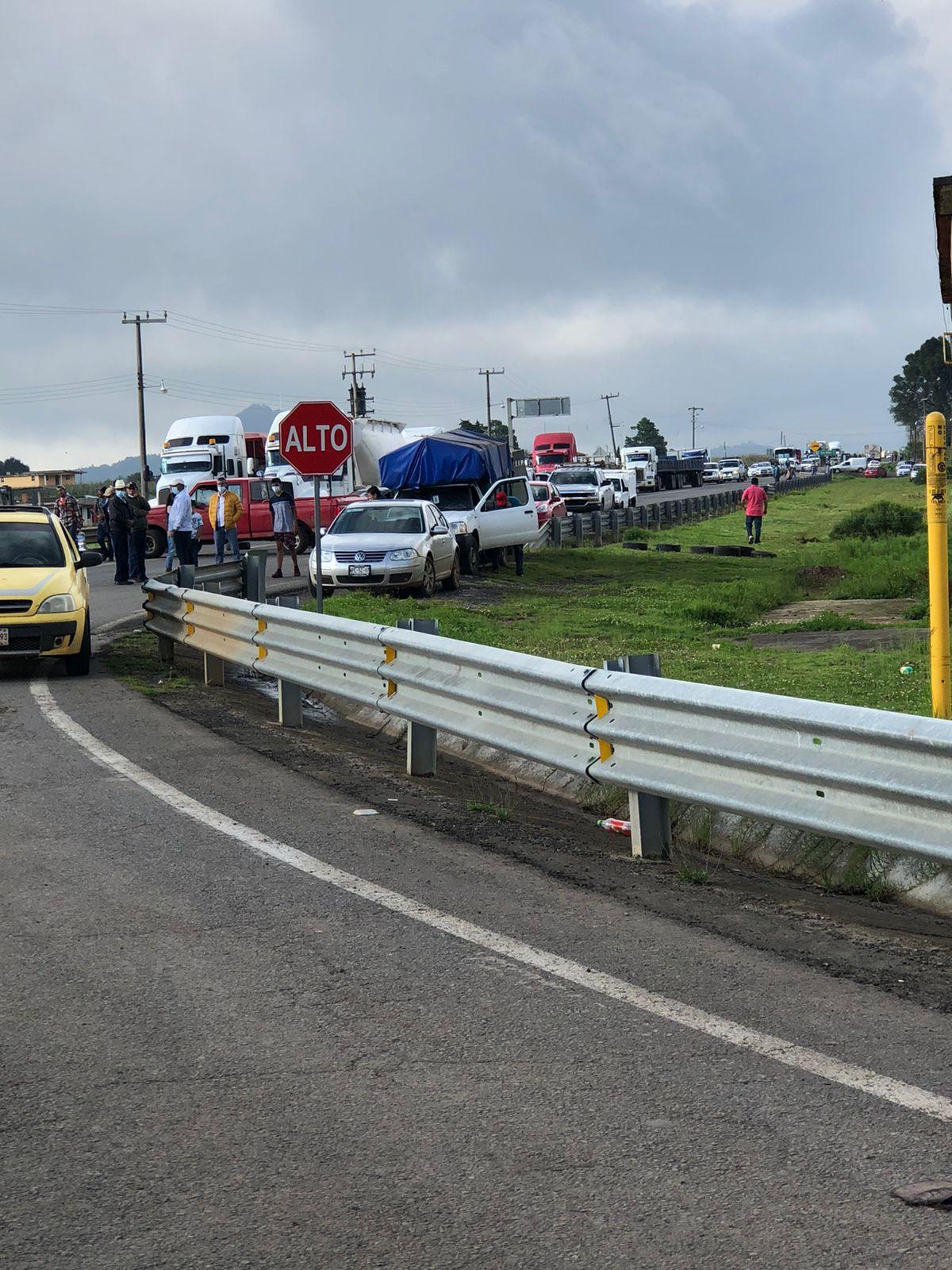 Video y Fotonota: Cierran carretera en Ahuazotepec