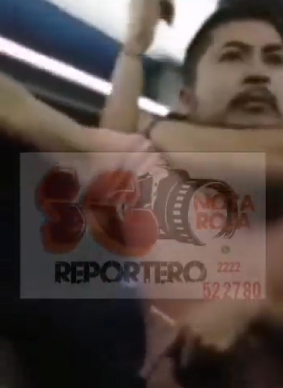 Video desde Puebla: Detienen a depravado en Tlacotepec por manosear a mujer en camión AU