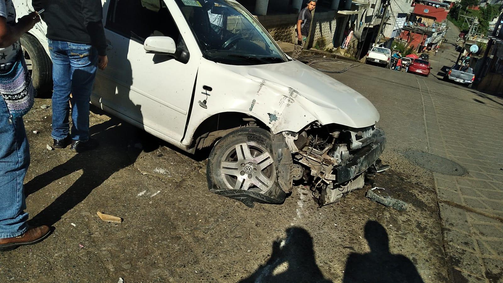 Desde Huauchinango: Aparatoso accidente vehicular deja cuantiosos daños materiales