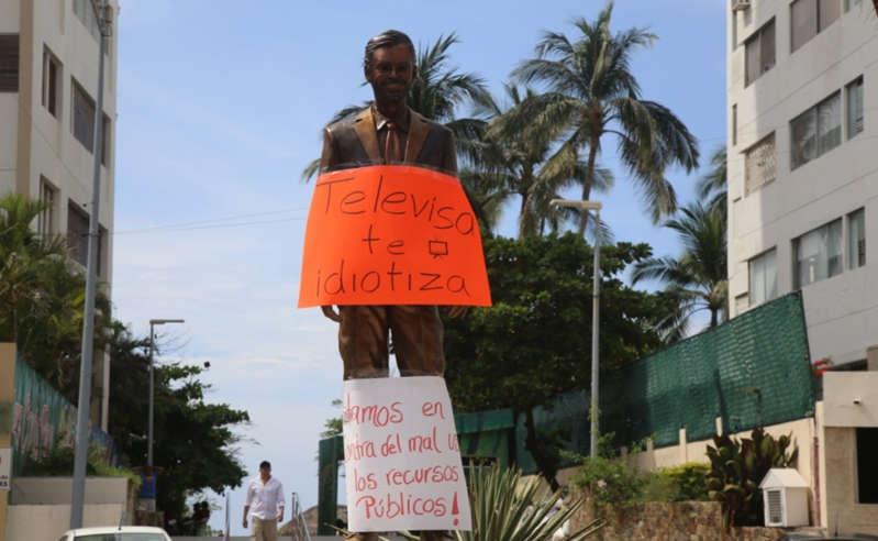 """Vandalizan estatua de Eugenio Derbez en Acapulco; la consideran el """"Monumento a la estupidez"""""""