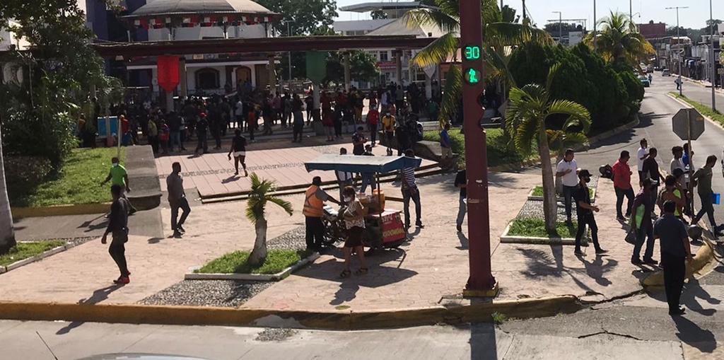 """""""Activistas"""" cambian su lugar de """"atención"""" para migrantes, ahora operan en el Parque Bicentenario"""