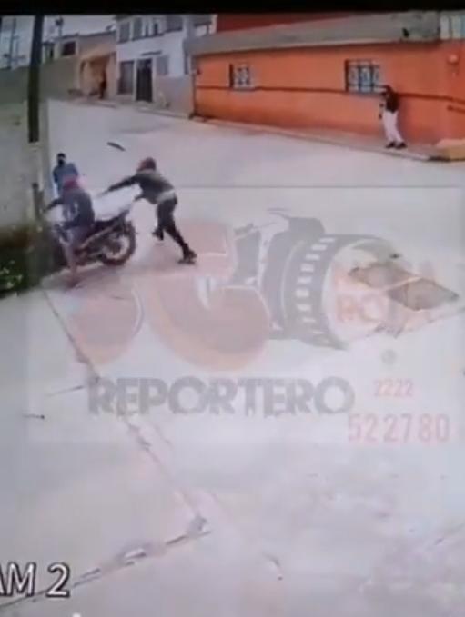 Video desde Puebla: Texmelucan es tierra sin ley; a punta de pistola asaltan a una mujer