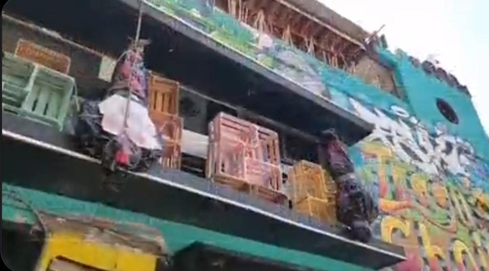 Tienda de la avenida Juárez genera polémica por usar falsos embolsados como adorno de halloween