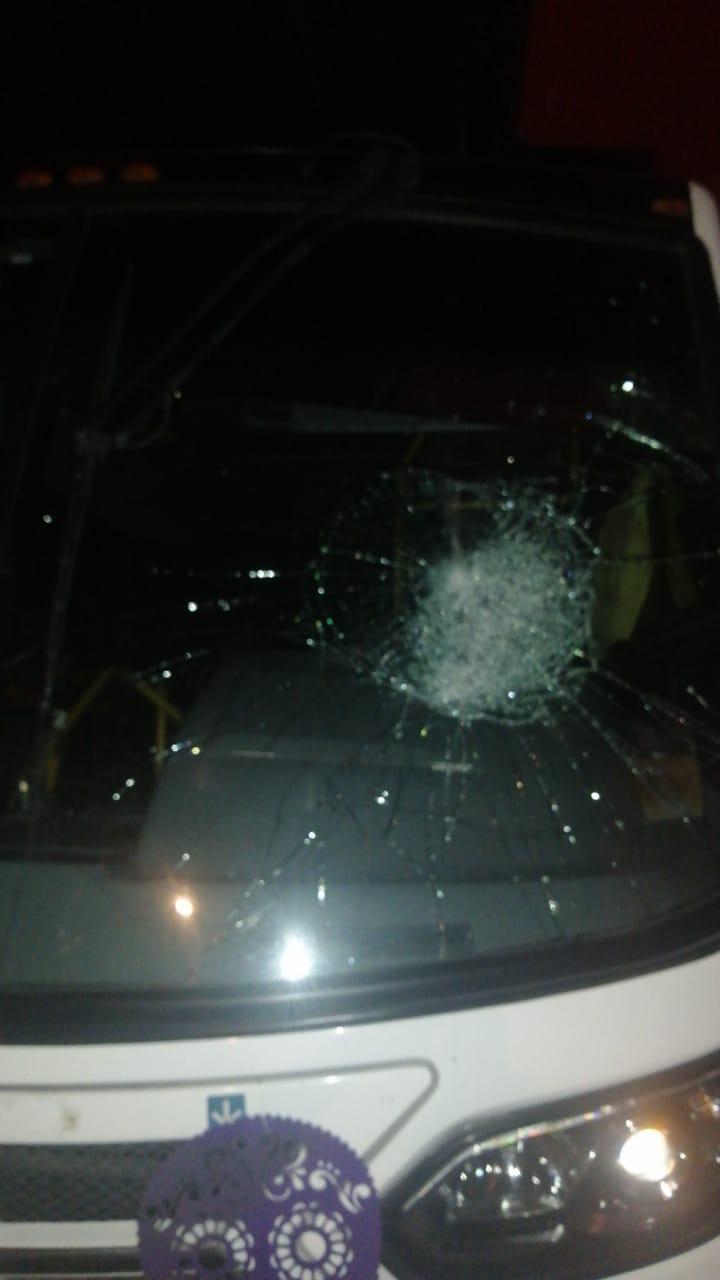 Vídeo desde Puebla: Pide dar con hombre que adrede le rompe parabrisas a un autobús en la capital