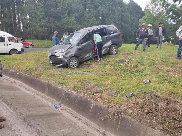 Se registra un fuerte choque entre una camioneta Chevrolet modelo viejo y una camioneta Toyota Avanza